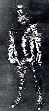 Fotografía de un «ente OVNI» tomada con una cámara Polaroid por el jefe de policía Jeff Greenhaw en Falkville (Alabama), la misma noche del encuentro de Pascgoula. Supuestamente, el ente huyó y Greenhaw lo persiguió en su coche pero no logró alcanzarlo.